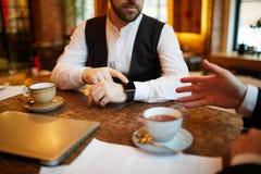 Επιχειρηματίας που δείχνει στο ρολόι στοκ εικόνες