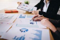 Επιχειρηματίας που δείχνει τη μάνδρα στο επιχειρησιακό έγγραφο στην αίθουσα συνεδριάσεων Παρουσίαση διαγραμμάτων και γραφικών παρ στοκ εικόνα με δικαίωμα ελεύθερης χρήσης