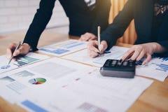 Επιχειρηματίας που δείχνει τη μάνδρα στο επιχειρησιακό έγγραφο στην αίθουσα συνεδριάσεων Παρουσίαση διαγραμμάτων και γραφικών παρ στοκ φωτογραφία με δικαίωμα ελεύθερης χρήσης