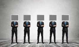 Επιχειρηματίες με τα όργανα ελέγχου αντί του κεφαλιού διανυσματική απεικόνιση