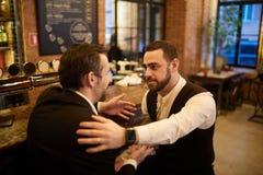 Επιχειρηματίες που χαλαρώνουν στο μπαρ μπύρας στοκ φωτογραφία