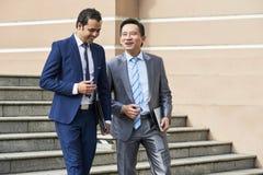 Επιχειρηματίες που περπατούν κάτω από τα σκαλοπάτια στοκ φωτογραφίες με δικαίωμα ελεύθερης χρήσης