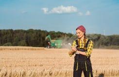 Επιχειρησιακή πρόοδος ελέγχου γυναικών της Farmer της συγκομιδής στοκ φωτογραφίες με δικαίωμα ελεύθερης χρήσης