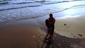 Ζεύγος ερωτευμένο στη θάλασσα στο ηλιοβασίλεμα Τοπ όψη απόθεμα βίντεο