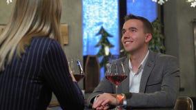 Ζεύγος σε ένα εστιατόριο που πίνει την κόκκινη άμπελο απόθεμα βίντεο