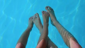 ζεύγος των ανθρώπων που παίζουν στο νερό απόθεμα βίντεο