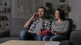 Ζεύγος που υφίσταται τη διακοπή ρεύματος που απαιτεί στο τηλέφωνο φιλμ μικρού μήκους