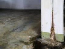 Ζημία νερού στη συγκεκριμένη κατασκευή με το ασβέστιο και τις καταθέσεις και τις λακκούβες σκουριάς στοκ εικόνες με δικαίωμα ελεύθερης χρήσης