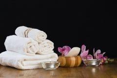 Ζωή SPA ακόμα με τα αρωματικές κεριά, το λουλούδι και την πετσέτα - Εικόνα στοκ φωτογραφίες με δικαίωμα ελεύθερης χρήσης