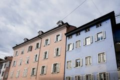 Ζωηρόχρωμα κτήρια στο Μπολτζάνο, Ιταλία στοκ εικόνα