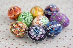 Ζωηρόχρωμα χρωματισμένα αυγά Πάσχας στο διαστιγμένο τραπεζομάντιλο, παραδοσιακή όμορφη ζωή Πάσχας ακόμα στοκ φωτογραφίες