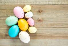 Ζωηρόχρωμα speckled αυγά Πάσχας σε ένα ξύλινο υπόβαθρο στοκ φωτογραφία με δικαίωμα ελεύθερης χρήσης