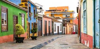 Ζωηρόχρωμες όμορφες οδοί του χωριού de Aridane llanos Los, Ισπανία στοκ εικόνες