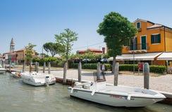 Ζωηρόχρωμες σπίτια και βάρκες στο κανάλι νησιών Burano, Ιταλία στοκ φωτογραφίες