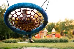 Ζωηρόχρωμη παιδική χαρά στο πάρκο που θολώνεται στοκ εικόνα