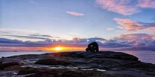 Ζωηρόχρωμος ουρανός και το όμορφο ηλιοβασίλεμα σε Kvernevik, Hafrsfjord, Rogaland, Νορβηγία στοκ εικόνα με δικαίωμα ελεύθερης χρήσης