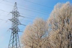 Ηλεκτρική ενέργεια τεχνολογιών στα καλώδια με τους μονωτές και την ηλεκτρικές τάση και τη ηλεκτρική δύναμη υψηλής δύναμης στη χει στοκ εικόνες με δικαίωμα ελεύθερης χρήσης