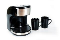 Ηλεκτρικός κατασκευαστής καφέ με δύο φλυτζάνια σε ένα άσπρο υπόβαθρο στοκ φωτογραφίες με δικαίωμα ελεύθερης χρήσης