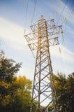 Ηλεκτρικός πόλος με τα υψηλής τάσεως καλώδια ενάντια στο μπλε ουρανό στοκ φωτογραφία με δικαίωμα ελεύθερης χρήσης