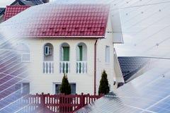 Ηλιακά πλαίσια που τίθενται κοντά σε ένα αγροτικό σπίτι διανυσματική απεικόνιση