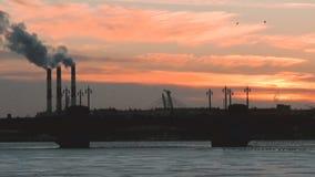 Ηλιοβασίλεμα επάνω από το ST Peterburg φιλμ μικρού μήκους