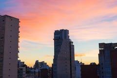 Ηλιοβασίλεμα πέρα από τα κτήρια πόλεων του Ροσάριο στοκ εικόνες