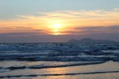 Ηλιοβασίλεμα πέρα από τον Ατλαντικό Ωκεανό Γαλικία διανυσματική απεικόνιση