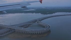 Η άποψη από το παράθυρο των αεροσκαφών που πηγαίνουν να προσγειωθεί στην πόλη Kuta στο Μπαλί Έξω από το δρόμο είναι μια οδική σύν απόθεμα βίντεο