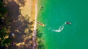 Η έλξη θάλασσας, ευτυχείς άνθρωποι οδηγά τη διογκώσιμη βάρκα watercraft από την εναέρια άποψη στοκ φωτογραφίες