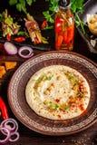 Η έννοια της αραβικής κουζίνας Ασιατικό hummus με το ψημένα στη σχάρα σουσάμι και τα φυστίκια Τοποθετημένος αραβικός πίνακας για  στοκ εικόνα