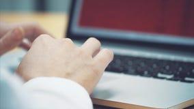 Η έννοια της επιχείρησης και η επένδυση χρηματοδοτούν: ένας επιχειρηματίας για να ελέγξει έξω το κόστος και να κάνει ένα πρόγραμμ απόθεμα βίντεο