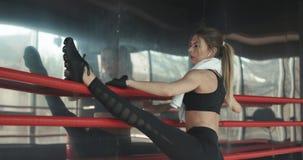 Η αθλητική όμορφη γυναίκα κάνει το ώθηση-UPS ως τμήμα της διαγώνιας ικανότητάς της, ρουτίνα κατάρτισης γυμναστικής Bodybuilding φιλμ μικρού μήκους