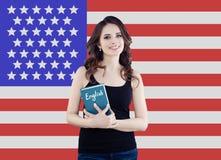 Η ΑΜΕΡΙΚΑΝΙΚΗ έννοια με το αρκετά ευτυχές πορτρέτο σπουδαστών γυναικών ενάντια στις Ηνωμένες Πολιτείες της Αμερικής σημαιοστολίζε στοκ φωτογραφίες με δικαίωμα ελεύθερης χρήσης