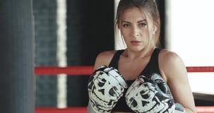 Η αναπνοή γυναικών Kickboxing βαριά στο στούντιο ικανότητας κούρασε από το κατάλληλο σώμα δύναμης workout φιλμ μικρού μήκους