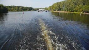 Η βάρκα αφήνει ένα ίχνος του νερού πίσω από τον Όψη από τη βάρκα ύδωρ περιπάτων απόθεμα βίντεο