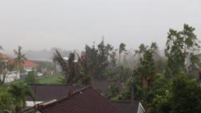 Η βαριά βροχή πηγαίνει στο τροπικό χωριό στο Μπαλί απόθεμα βίντεο