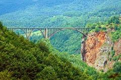 Η γέφυρα μέσω του φαραγγιού Μαυροβούνιο στοκ εικόνα