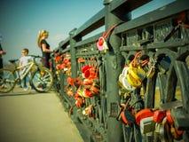 Η γέφυρα των εραστών, κλειδαριές με τα μηνύματα αγάπης στοκ εικόνες