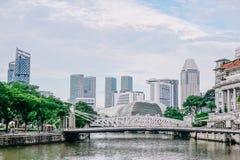 Η γέφυρα Cavenagh που εκτείνεται το χαμηλότερο φθάνει του ποταμού της Σιγκαπούρης στην κεντρική περιοχή της Σιγκαπούρης στις 22 Ν στοκ εικόνα