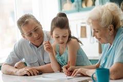 Η γιαγιά βοηθά ένα grandaughter στοκ φωτογραφία με δικαίωμα ελεύθερης χρήσης