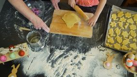Η γιαγιά παρουσιάζει στην εγγονή πώς να ψήσει τα μπισκότα φιλμ μικρού μήκους