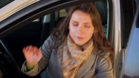 Η γυναίκα είναιη και ανέτρεψε επειδή το αυτοκίνητό της ανάλυσε Παίρνει από το αυτοκίνητο φιλμ μικρού μήκους