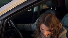 Η γυναίκα είναιη και ανέτρεψε επειδή το αυτοκίνητό της ανάλυσε Παίρνει από το αυτοκίνητο απόθεμα βίντεο