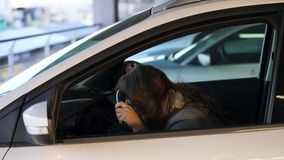 Η γυναίκα είναιη και ανατρεμμένη στο τιμόνι, επειδή το αυτοκίνητό της ανάλυσε απόθεμα βίντεο