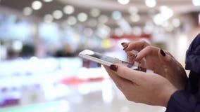 Η γυναίκα κρατά το smartphone διαθέσιμο Άποψη κινηματογραφήσεων σε πρώτο πλάνο των θηλυκών χεριών που κρατά το smartphone, χρησιμ απόθεμα βίντεο