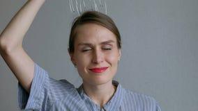 Η γυναίκα με τα μαύρα γυαλιά χαλαρώνει με το κεφάλι massager απόθεμα βίντεο