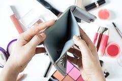 Η γυναίκα ξοδεύει τα χρήματα για τα καλλυντικά και τα προϊόντα και το επίπεδο ομορφιάς βρέθηκαν ψωνίζοντας λευκή γυναίκα ποδιών έ στοκ εικόνα