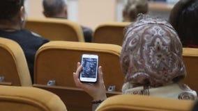 Η γυναίκα σε μια φωνή καταγραφής διασκέψεων στο smartphone απόθεμα βίντεο