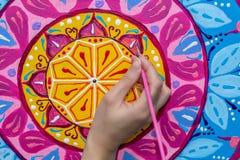Η γυναίκα σύρει ένα mandala, χέρι με μια κινηματογράφηση σε πρώτο πλάνο βουρτσών διανυσματική απεικόνιση