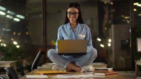 Η γυναίκα στο λωτό θέτει τη σκέψη πέρα από το πρόγραμμα, πλήρες της δημιουργικότητας και της έμπνευσης φιλμ μικρού μήκους
